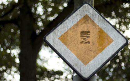 Za zničení dopravního značení se může jít i do vězení